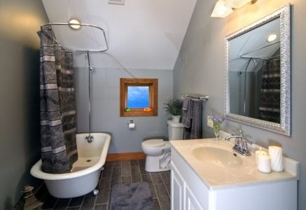 shenandoah-bathroom.jpg - bathroom of a timber frame home